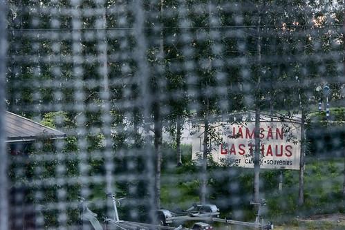 window through grass tree backyard roof trailer sign jämsängasthaus jämsä finland suomi pekkanikrus skrubu pni