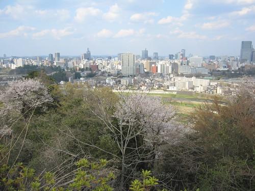 伊達政宗騎馬像近くから見る仙台市街 by Poran111