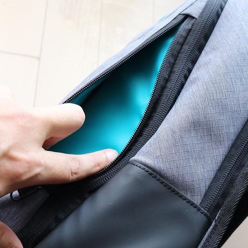 大きめのポケットが手前にひとつ。