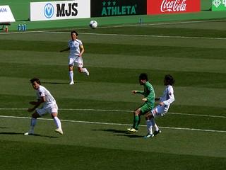 阿部選手のシュートは相手ディフェンスに阻まれる。