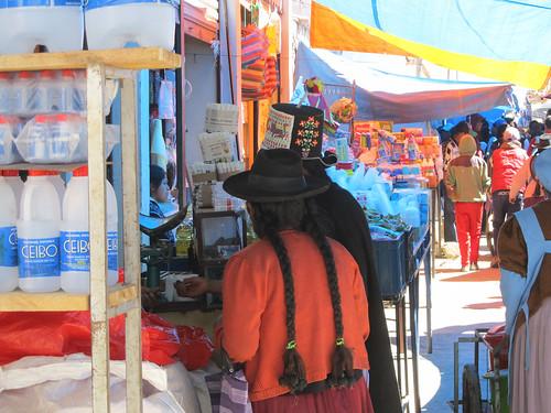 Tarabuco: le marché dominical et un chapeau à la Napoléon.