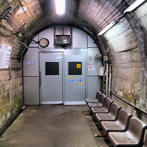 筒石駅はトンネルの中にホームがあるため、ホームに突風防止の扉がついている