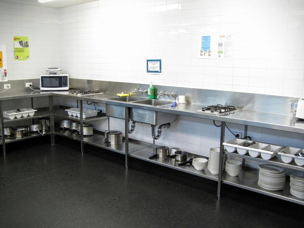 開放式廚房,有杯盤碗叉子等,反正自己弄完要自己清乾淨