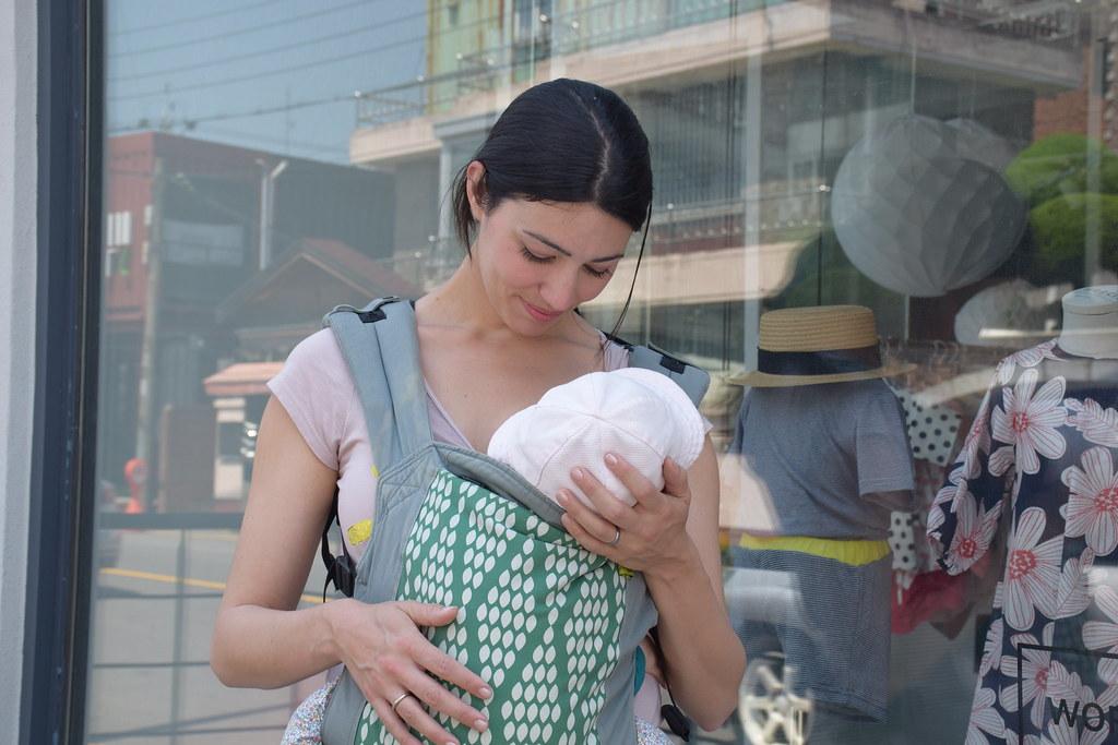 Amamantando a Eva por las calles de Gwangju (Corea del Sur).