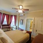 Bedroom w queen bed