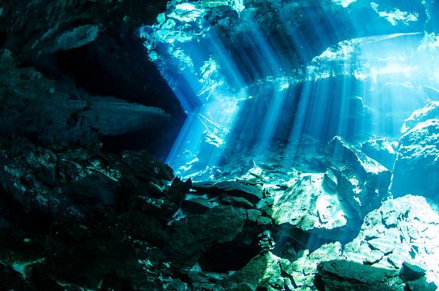 Reflejos en la entrada Kukulkan a las cavernas de Chac Mool