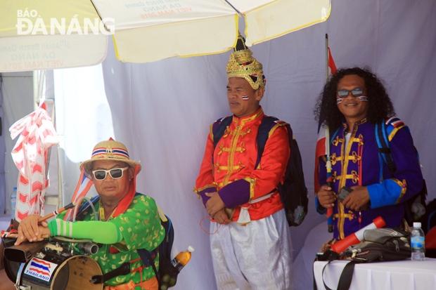 Những cổ động viên đặc biệt, rực rỡ sắc màu đến từ Thái Lan luôn khuấy động các điểm thi đấu