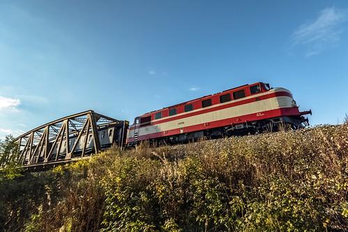 hmvy mus1922 mus excursion train special dr12 diesel locomotive autumn fall railway finnishrailways finland ostrobothnia närpiö närpes bridge wideangle 1020 canon eos 7d mark ii october sigma blue sky