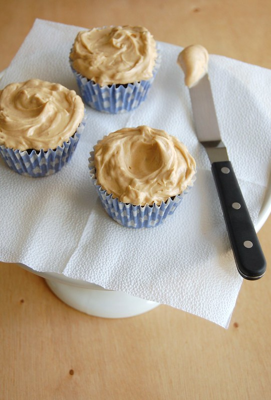 Chocolate whisky cupcakes with peanut butter icing / Cupcakes de chocolate e uísque com cobertura de manteiga de amendoim
