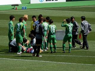 土屋選手が相手選手との接触で頭部を負傷してしまう。