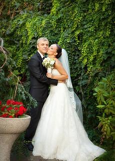 Портрет красивых жениха и невесты в зелени