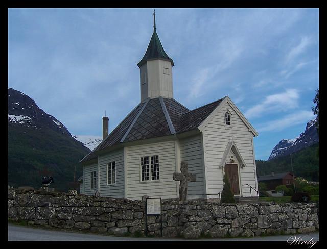 Fiordos noruegos Storfjord Geiranger Hellesylt Briksdal Loen - Iglesia de Loen