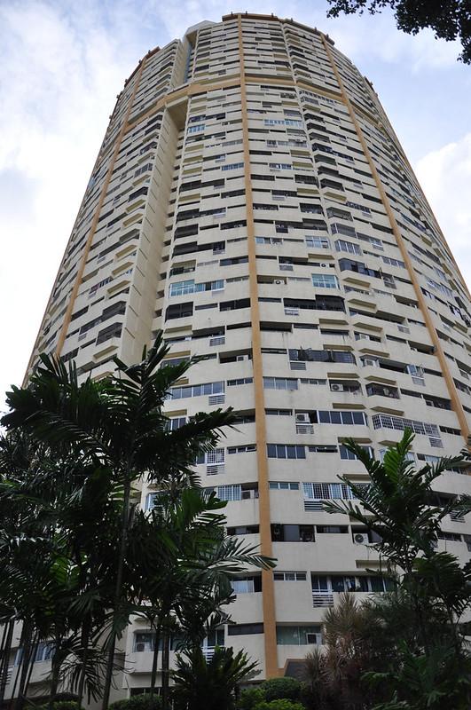 Деревья на фоне небоскребов в Сингапуре