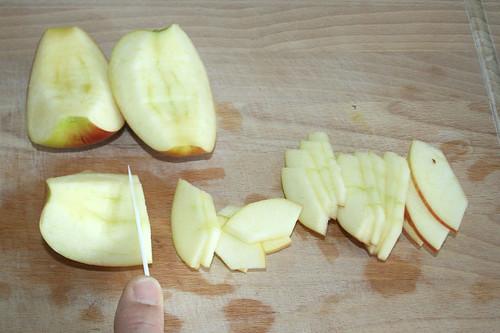 36 - Apfel in Scheiben schneiden / Cut apple into slices