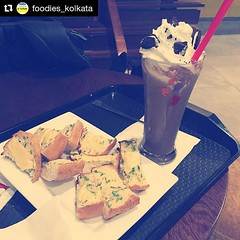 Garlic bread and Oreo crunchy frappe, perfect to begin your day with :) #Repost @foodies_kolkata with @repostapp  #cafecoffeeday #garlicbread #crunchyfrappe #drinks #coffee #coffeelover #coffeedates #chocolate #chocolatelover #kolkata #kolkatafoodie #kolk