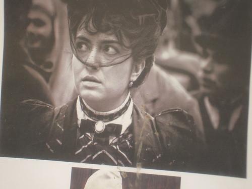 Eine Frau mit einem Schleier und ein Film aus einem Buch von Andrea Camilleri by Calogero Mira