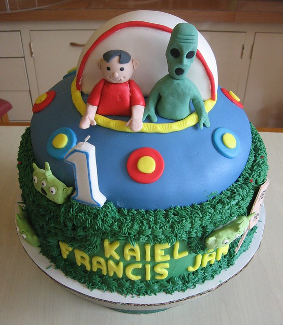Alien Spaceship Cake http://www.flickr.com/photos/30570125@N07/7106515415/