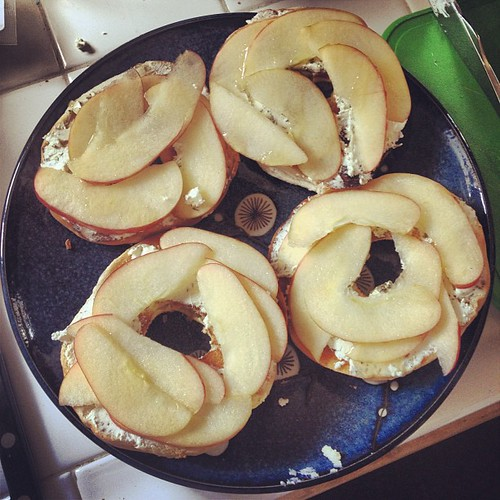 The first #OBHfood challenge: bagels with goat cheese, apples & honey — success!