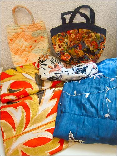 Obi, kimono y bolsos hechos de kimono