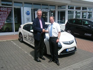 Fahrzeugübergabe: Luc Perraudin empfängt den Opel Ampera vom Autohaus Dürkop