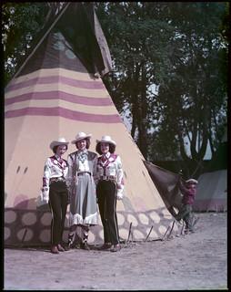 Mrs. Merle K. Stier, Stampede Queen (centre) and two attendants... / Mme Merle K. Stier, Reine du Stampede (centre) et deux de ses demoiselles...