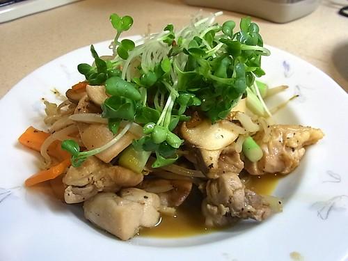 鶏の野菜炒めカイワレのせを作ってもらいました!