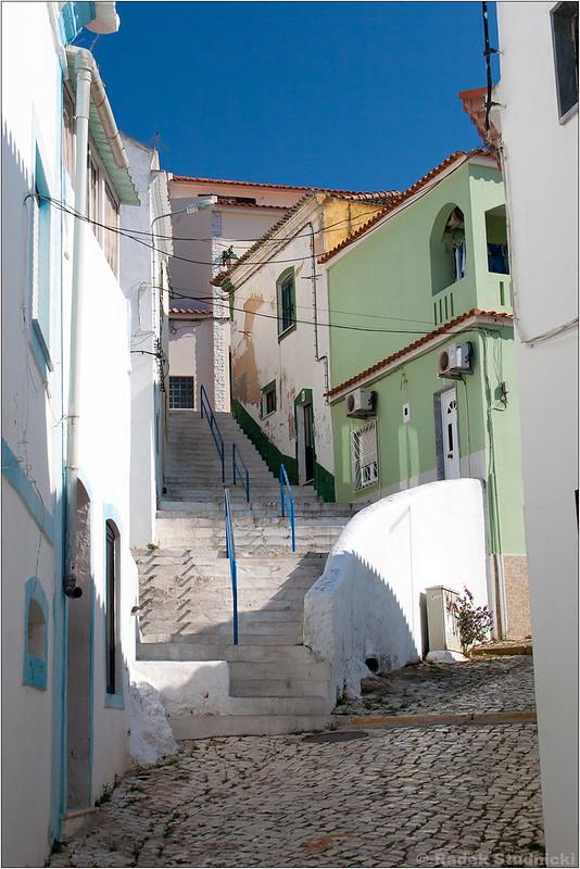 Wąskie ulice Ferragudo w Algarve
