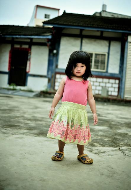 一直都很酷的姪女   鞋子就是要穿錯邊       也不想笑   ><