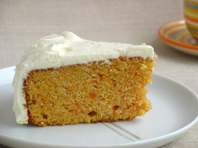 Tarta de zanahoria y almendra con frosting de queso