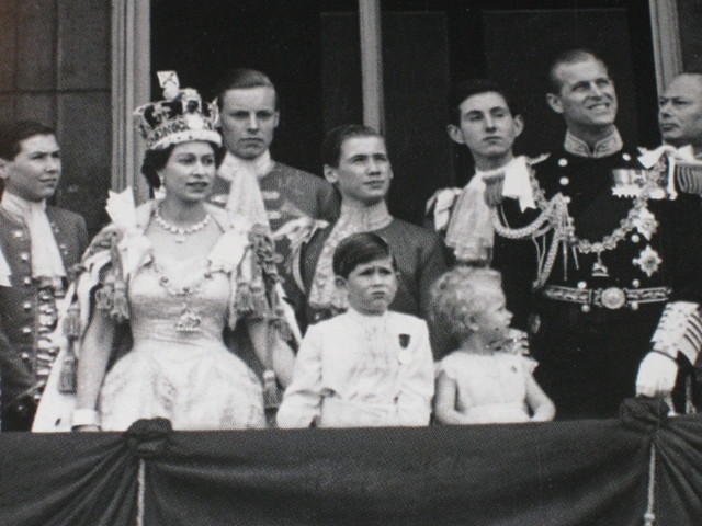 Queen elizabeth ii on the balcony of buckingham palace for Queen on balcony
