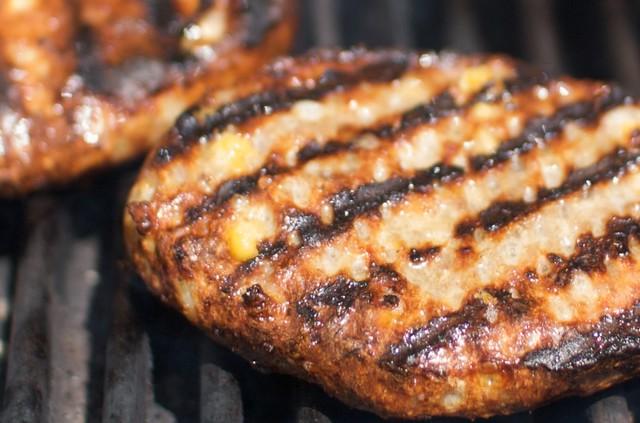Bratburgers grilling