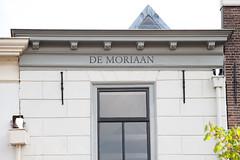 <p>Huize 'De Moriaan' - geveldetail. De naam van het huis is hier duidelijk zichtbaar. Foto: Anna van Kooij.</p>