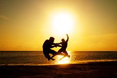 [フリー画像素材] 人物, 男性, 朝焼け・夕焼け, 人物 - 二人, 戦う・格闘, 蹴る・キック ID:201206110400