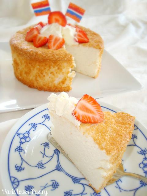 天使食物蛋糕与奶油& Strawberries
