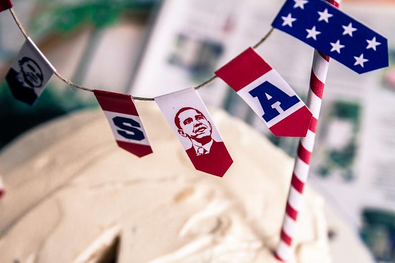 Amerikanska valet firar man med en flag cake