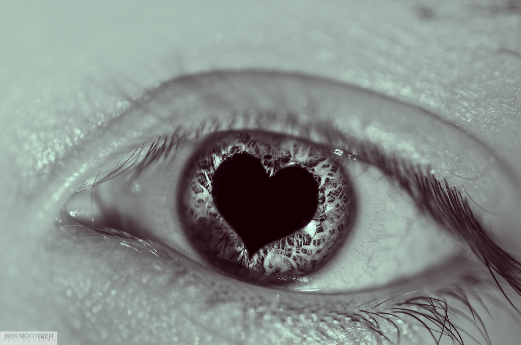 heart shaped pupil
