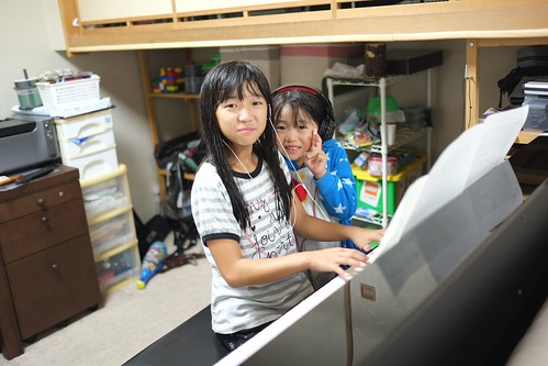 ピアノを弾く姉妹