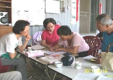 官田農民簽約加入插秧的行列。(圖片來源:林務局)