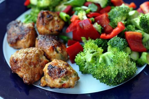 Kyllingefrikadeller og broccolisalat