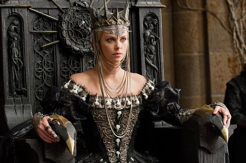Rainha Ravenna (Charlize Theron