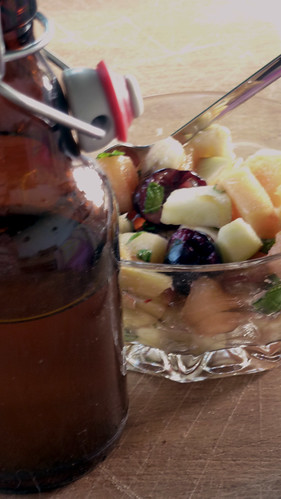Basil, Mint and Elderberry vinegar marinated fruit salad - Macedonia marinata con basilico, menta e aceto di sambuco
