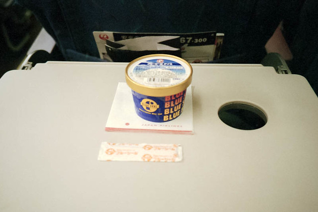 機内でブルーシールアイス / Eating Blue Seal ice in airplane