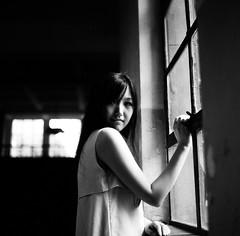 [フリー画像素材] 人物, 女性 - アジア, モノクロ, 窓 ID:201207091400