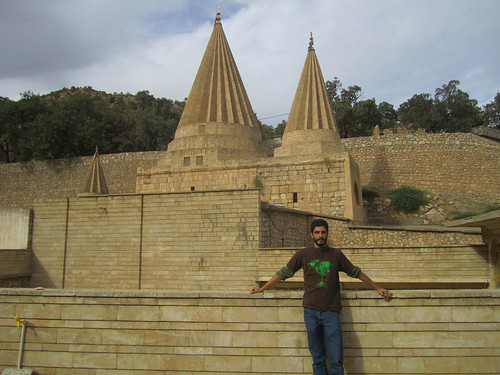 Frente al templo de Lalish.