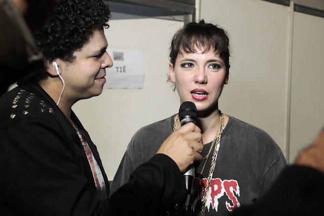 Tiê conversa com nosso repórter Clayton Barros. | Foto: Olívia Leite