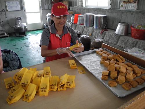 社區媽媽正在包裝土鳳梨酥,他得意的說,社區的有機鳳梨也是自己種出來的。