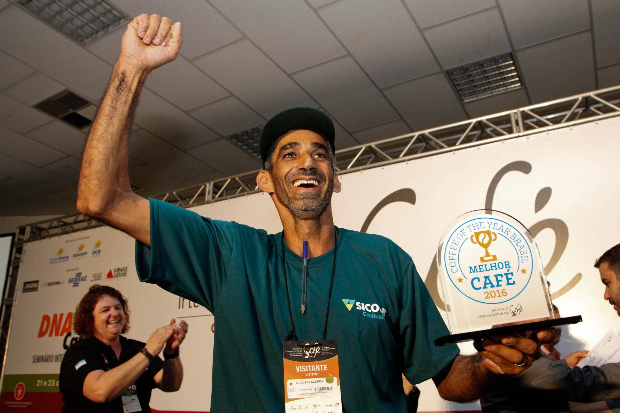Afonso Donizete Lacerda, de Dores do Rio Preto, no Espírito Santo, é o grande vencedor do concurso Coffee of The Year 2016. (Foto: Divulgação SIC)