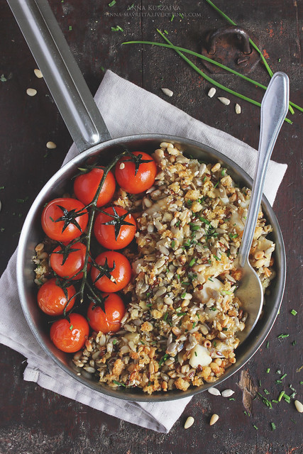 Cod crumble with tomatoes and seeds