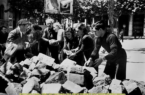 Barcelona,  8 de mayo de 1937, «fets de maig de 1937», grupo de voluntarios retiran las barricadas. by Octavi Centelles