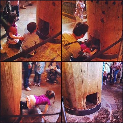 La cosa va así: Si consigues que tu zagal supere el pánico inicial y pase por este agujero en un pilar de madera del templo Tōdai-ji alcanzará el nirvana cuando muera #nara #japan